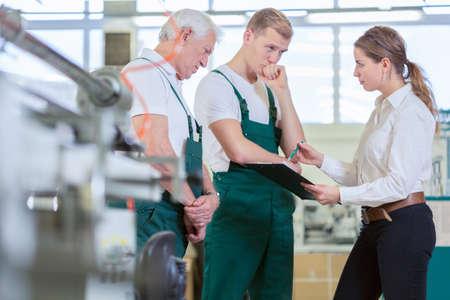 female boss: Junge weibliche Chef �berpr�fung ihrer Mitarbeiter Arbeit