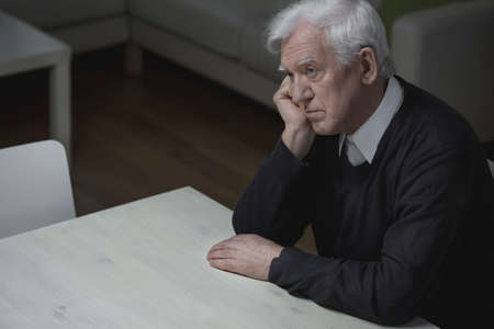hombre solo: Viejo hombre de la edad se siente solo y deprimido