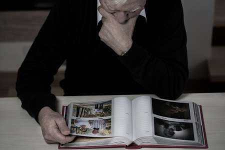 외로운 노인은 자신의 삶에서 행복한 추억을 회상