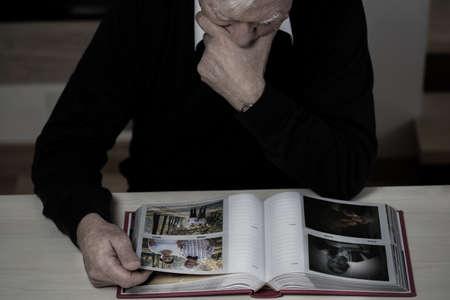 Eenzame bejaarde man herinneren gelukkige herinneringen uit zijn leven Stockfoto