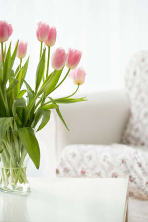 tulipan: Beautiful fresh flowers in a vase on a table