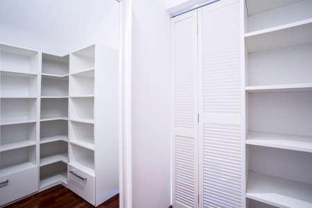 현대 아파트에 빈 흰색 옷장 영역 스톡 콘텐츠 - 36828207