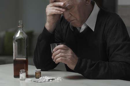 Heartbroken droghe e alcool per uccidere tristezza uso vedovo Archivio Fotografico - 36828294