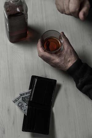 old aged: Vecchia et� divorziata cade in un alcolismo