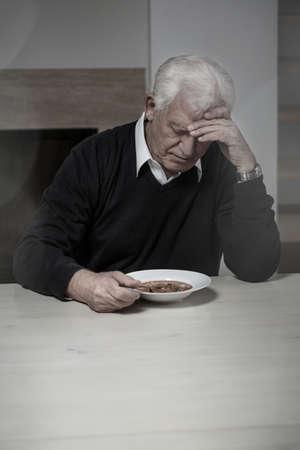 hombre solitario: Old a�os de edad y solitario hombre comiendo sopa Foto de archivo