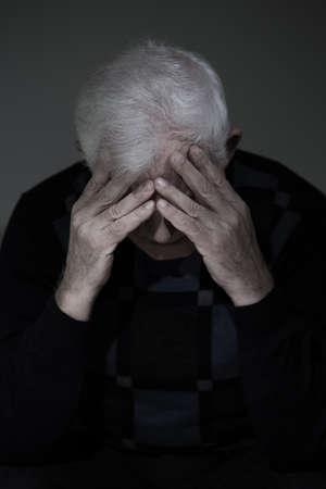 그의 잃어버린 사랑, 수직보기를 슬퍼하는 사별 된 남자 스톡 콘텐츠