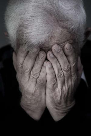白髪が泣いている老人の肖像画