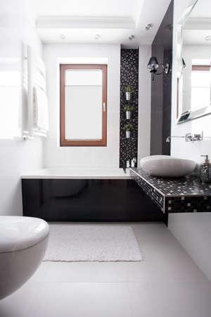 piastrelle bagno: Bagno di lusso nel design bianco e nero