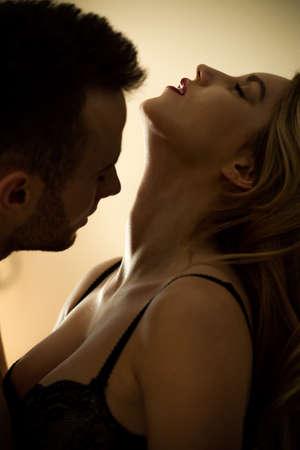 sexo cama: Joven atractiva pareja atractiva durante los escarceos sexuales