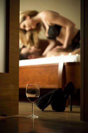 femme sexe: Jeune couple attrayant avoir des relations sexuelles après verre de vin