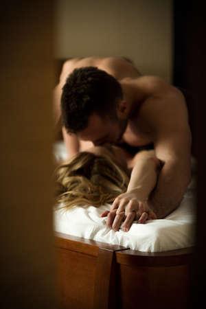 sexuales: Joven atractiva pareja apasionada tener relaciones sexuales