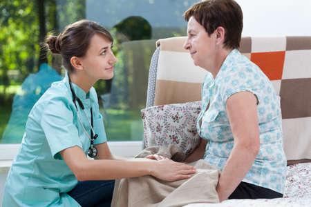 paciente: Enfermera atractiva joven en el pa�s de su paciente
