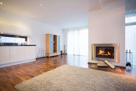 Brandende open haard in de ruime woonkamer