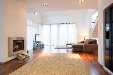 Wit licht woonkamer met open haard in residentie Stockfoto - 37026754