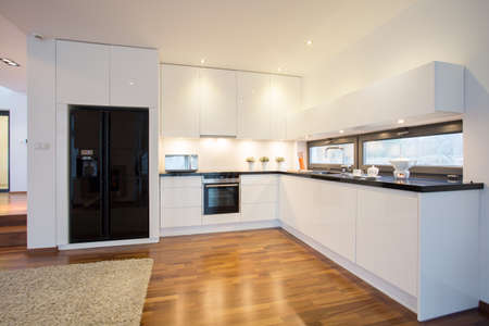 zona: Brillante cocina conectada con la sala de estar Foto de archivo