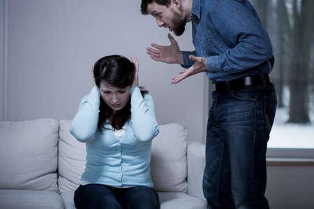 Doodsbang jonge vrouw met haar schreeuwende man Stockfoto