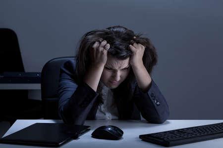 lagrimas: Estresado empresaria rasga su pelo fuera