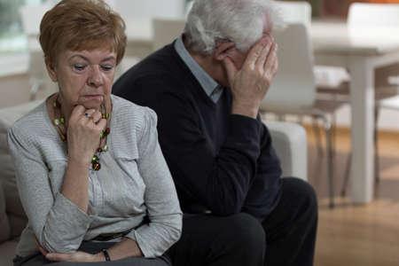 年配の女性が彼女の夫でおこっています。 写真素材