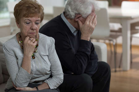 personas discutiendo: Mujer mayor que es ofendido por su marido