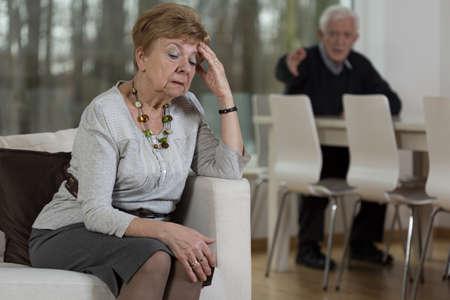 peleando: Foto de la pareja senior tener problemas maritales Foto de archivo