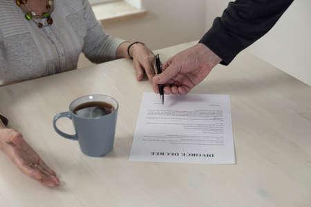 divorcio: Primer plano de papel divorcio sobre la mesa