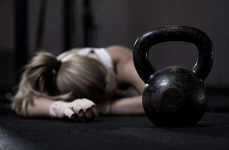 Portret van uitgelekte meisje na harde crossfit training