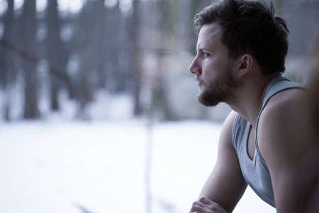 hombre solitario: Joven mirando por la ventana y pensar