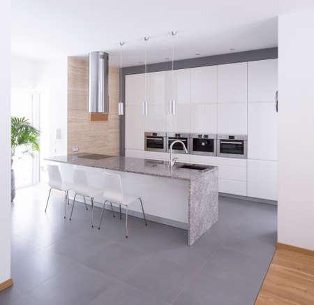 아름다움 단독 주택에서 현대 부엌 인테리어 스톡 콘텐츠
