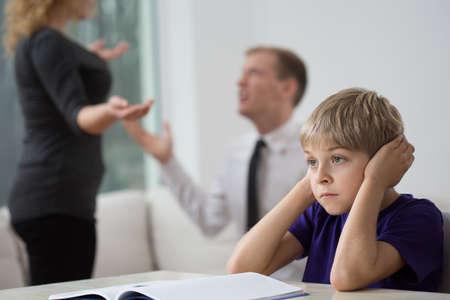Niño pequeño y familiar pelea triste en la sala de estar Foto de archivo - 37454648