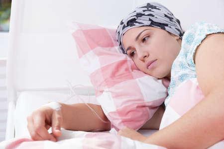 calvo: Chica del cáncer triste acostado en la cama de hospital