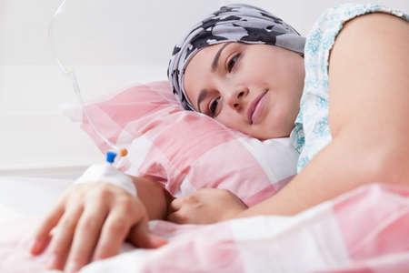 leucemia: La chica joven lleno de esperanza durante la quimioterapia Foto de archivo