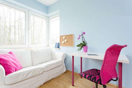 chambre � coucher: D�cor contemporain de l'appartement de modestes adolescente Banque d'images
