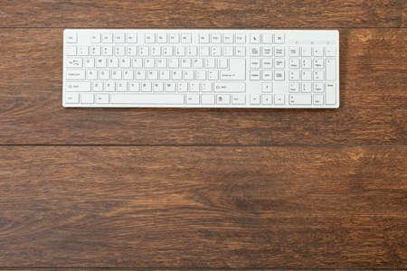 teclado: Primer plano del teclado blanco de mesa de madera