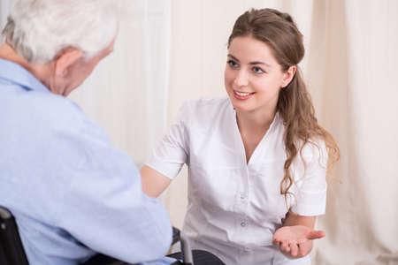 pielęgniarki: Pielęgniarka rozmawia z człowiekiem starszym pobytu w domu opieki