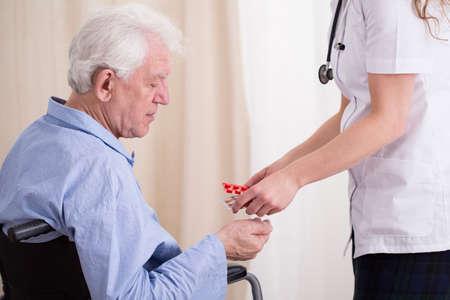 medicament: Primer plano de m�dico que den al paciente invalidado medicamento