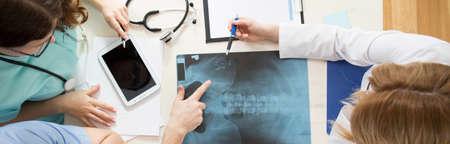 colonna vertebrale: Immagine di giovani medici analizzando bacino x-ray