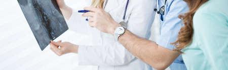 resonancia magnetica: Primer plano de jóvenes médicos que analizan la RM cerebral