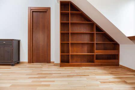 屋根裏部屋の木製本棚のビュー 写真素材