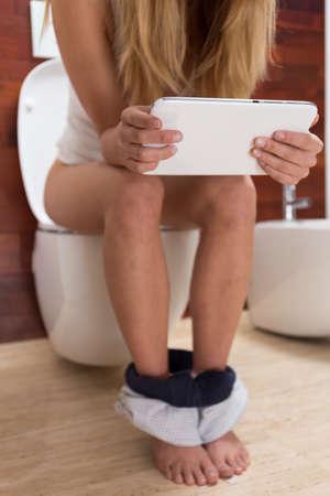 donna sexy: Situazione giornaliera su un gabinetto, verticale Archivio Fotografico