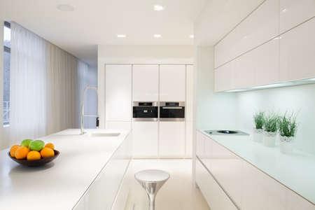 高級な白いキッチン インテリアの水平方向のビュー