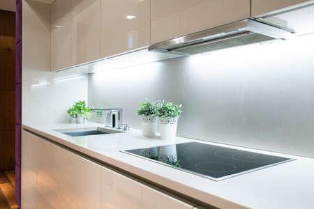 Intérieur d'une cuisine moderne avec plaques de cuisson à induction Banque d'images - 37773340