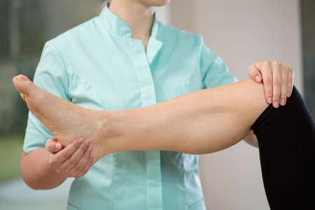 dislocation: Vista horizontal de fisioterapeuta durante su trabajo
