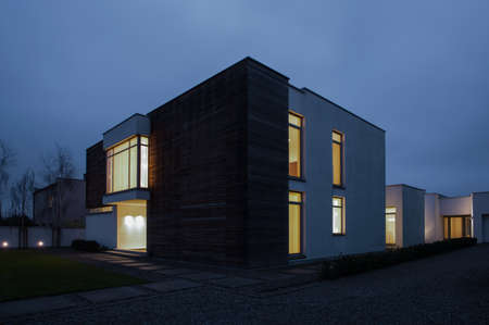 fachada: Ventanas iluminadas en casa unifamiliar - foto por la noche
