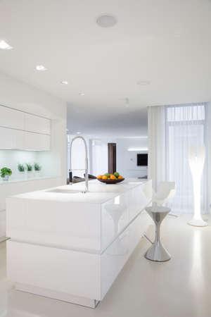 llave de agua: Belleza blanca interior de la cocina en casa contemporánea Foto de archivo