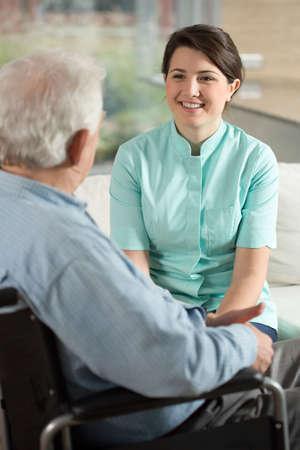 Afbeelding van verpleegkundige werken bij bejaardentehuis