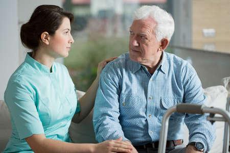 ancianos caminando: Hombre mayor estancia en el viejo hogar de ancianos