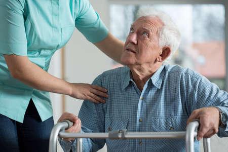 Portret van gehandicapte senior in verzorgingshuis