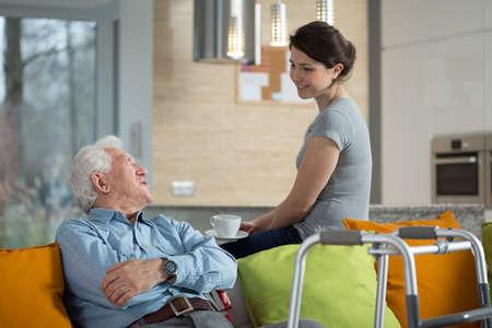 Grootvader praten met hield kleindochter in zijn huis Stockfoto