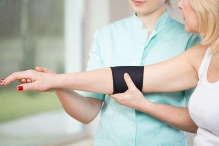 codo: Imagen de paciente después de la lesión usando estabilizador de codo Foto de archivo