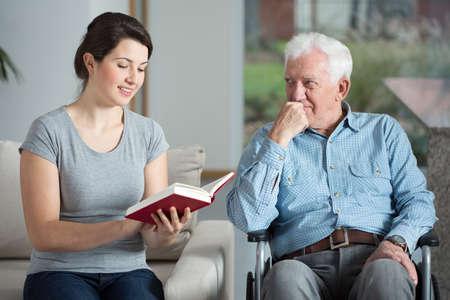 an elderly person: Hombre lisiado pasar tiempo con la nieta amada